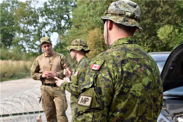 Military Police instructors with Joint Task Force – Ukraine provide feedback after a practical vehicle checkpoint lesson at the International Peacekeeping and Security Centre in Starychi, Ukraine during Operation UNIFIER on September 12, 2016. (Photo: Joint Task Force – Ukraine)