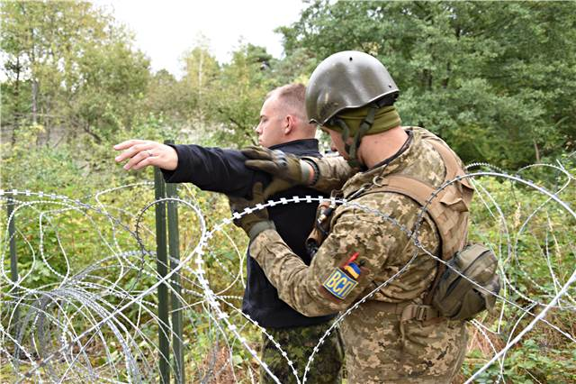 guidance of Military Police instructors of Joint Task Force – Ukraine while on Operation UNIFIER at the International Peacekeeping and Security Centre in Starychi, Ukraine, on September 23, 2016. (Photo : Joint Task Force – Ukraine)