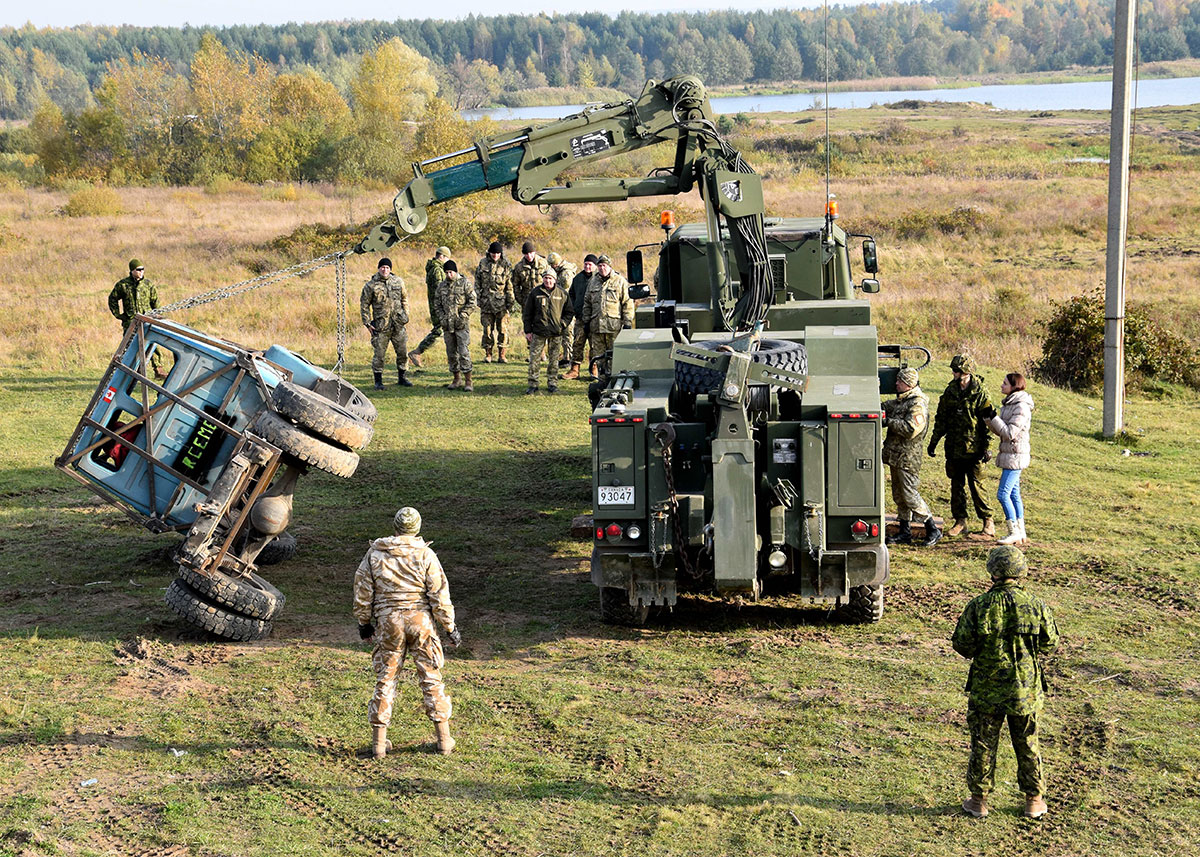 Ukrainian Armed Forces students and Canadian instructors of Joint Task Force – Ukraine practice vehicle recovery at the International Peacekeeping and Security Centre in Starychi, Ukraine during Operation UNIFIER on October 20, 2016. (Photo: Joint Task Force – Ukraine)