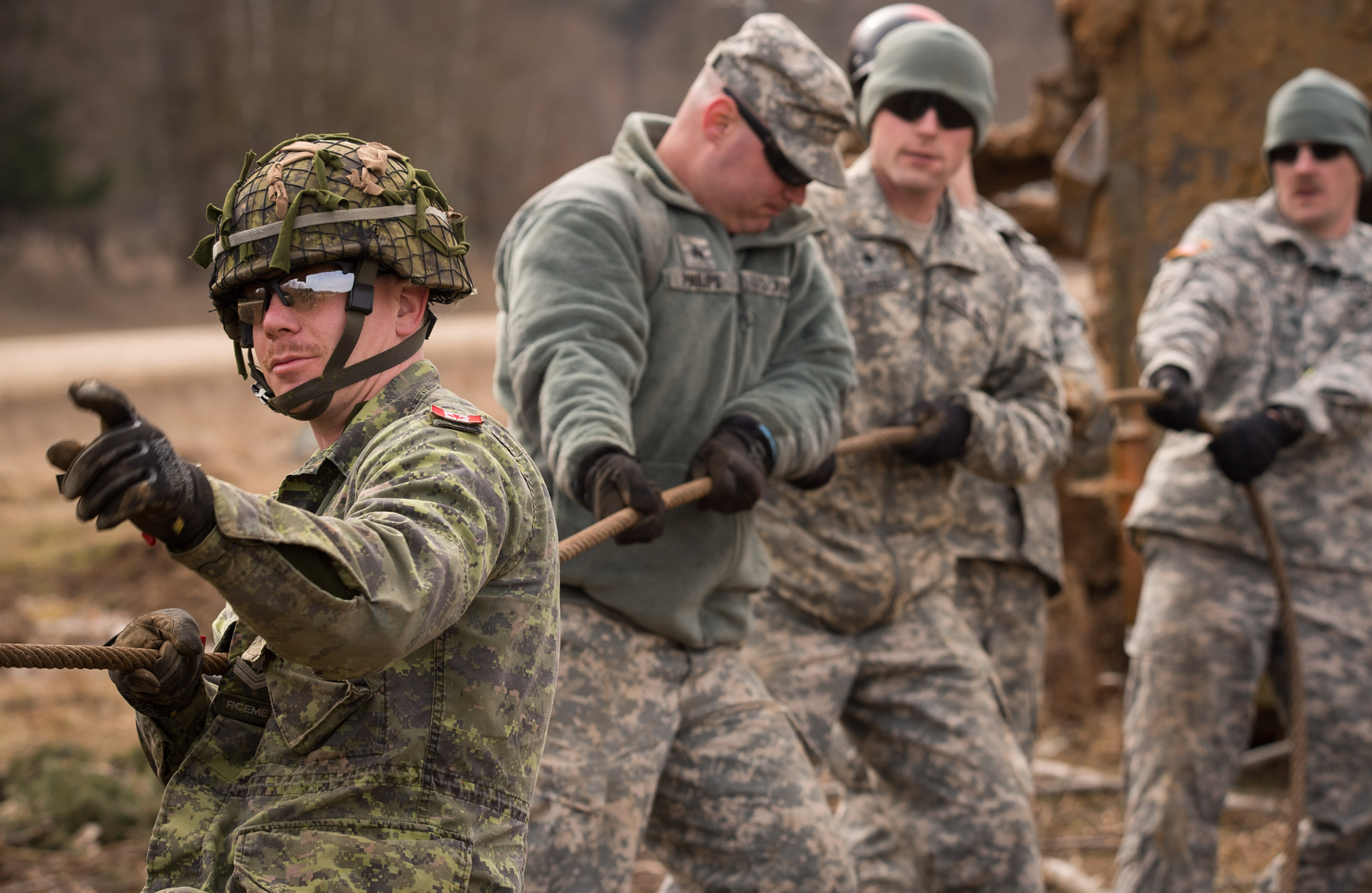 Canadian and American maintenance members practice their recovery skills in the Hohenfels Training Area on Exercise ALLIED SPIRIT VI during Operation REASSURANCE on March 14, 2017. (Photo: MCpl Jennifer Kusche, Canadian Forces Combat Camera)
