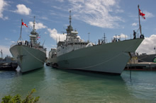 June 29 2016. Her Majesty's Canadian Ship (HMCS) Vancouver (Left) and HMCS Calgary arrive at Joint Base Pearl Harbour, Hawaii for RIMPAC 2016 on June 29, 2016. (Photo:  MCpl Chris Ward, MARPAC Imaging Services)