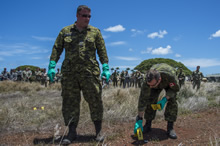 July 06, 2016. Canadian Armed Forces soldiers demonstrate sensitive site exploitation drills to partner nations' soldiers during RIMPAC 16 at Joint Base Pearl Harbor-Hickam, Hawaii on July 6, 2016. (Photo Credit: Corporal Brett White-Finkle, Canadian Forces Combat Camera)