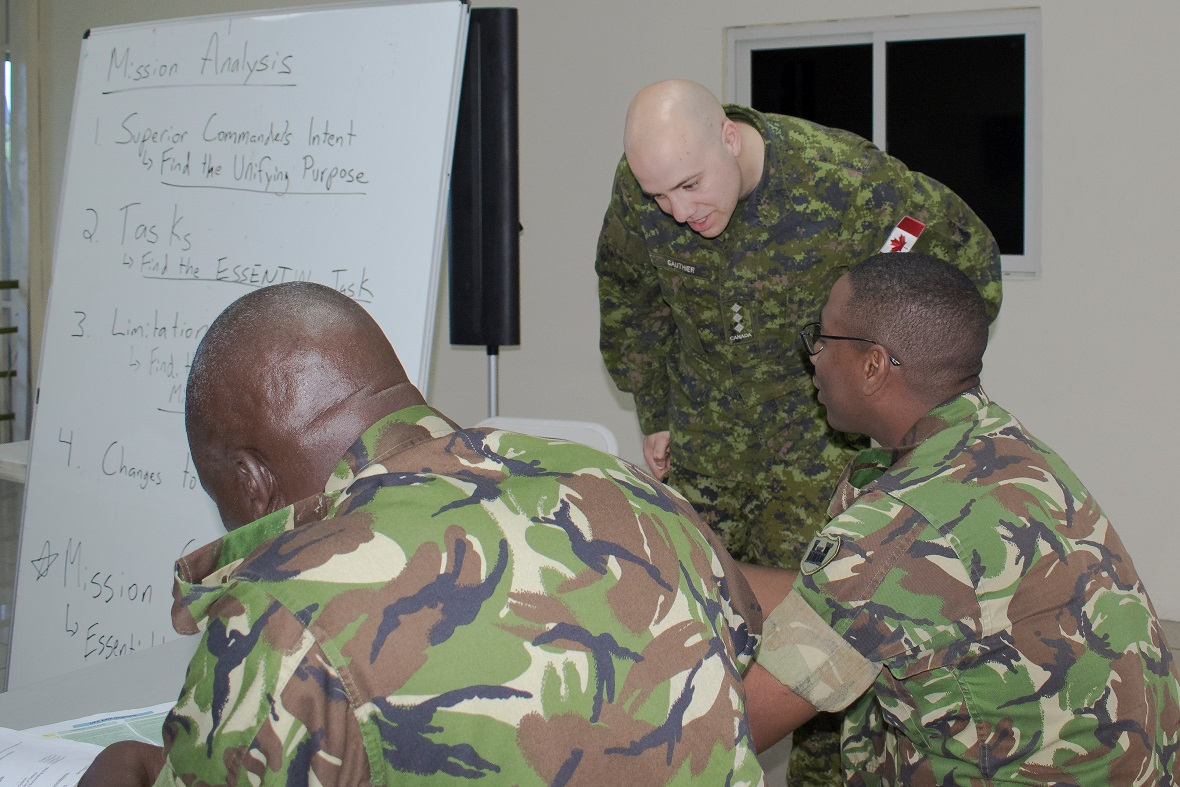 Captain Sébastien Gauthier from 2nd Canadian Division mentors Trinidad and Tobago Defence Force members participating in the Operational Planning Process training at Exercise TRADEWINDS 17 in San Juan, Trinidad on June 4, 2017.