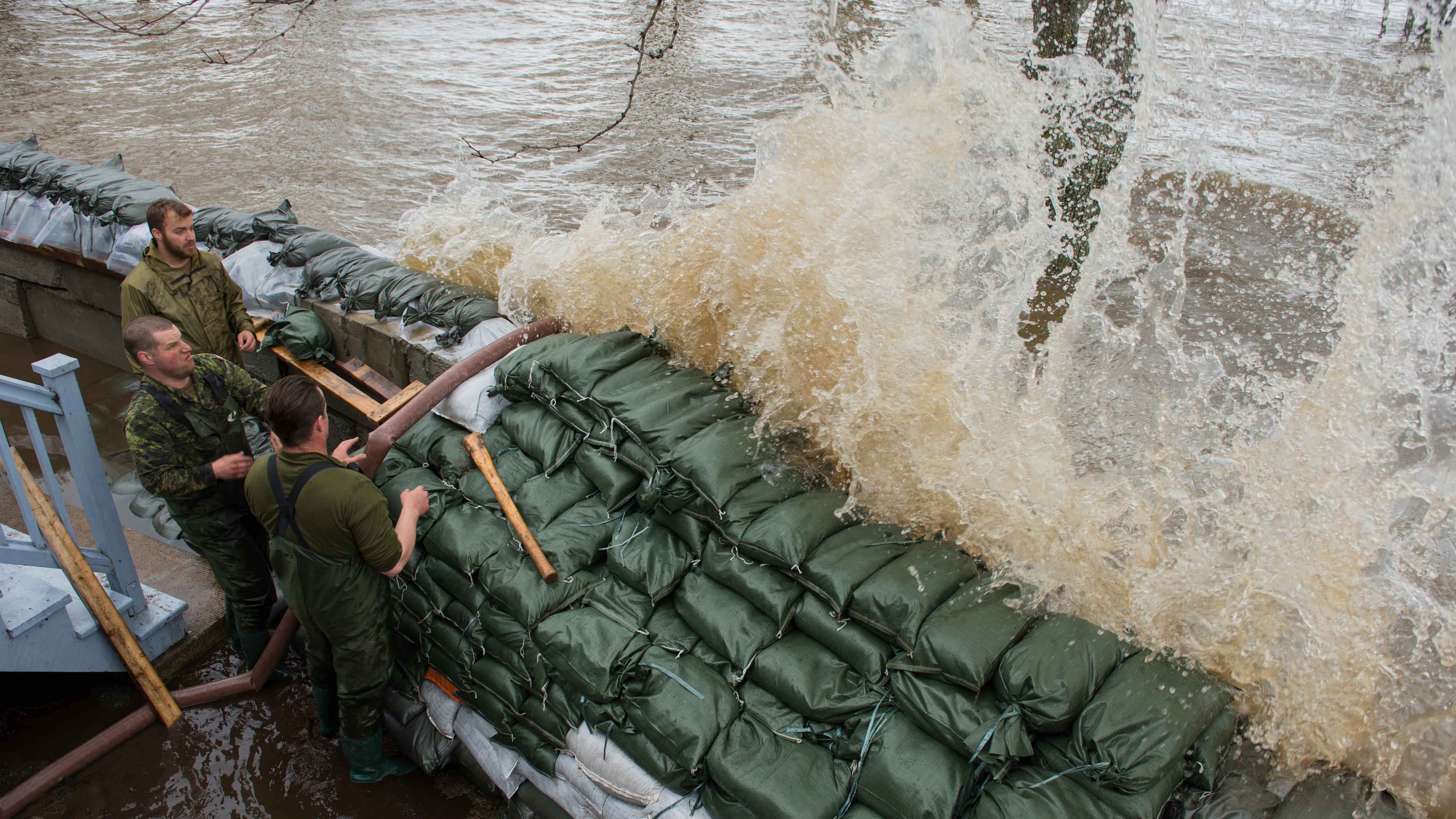 Members of 1st battalion of Royal 22e Régiment participate in Operation LENTUS in response to flooding in some regions of Quebec on May 9, 2017. (photo: Corporal Myki Poirier-Joyal, Imaging services St-Jean/Montreal)