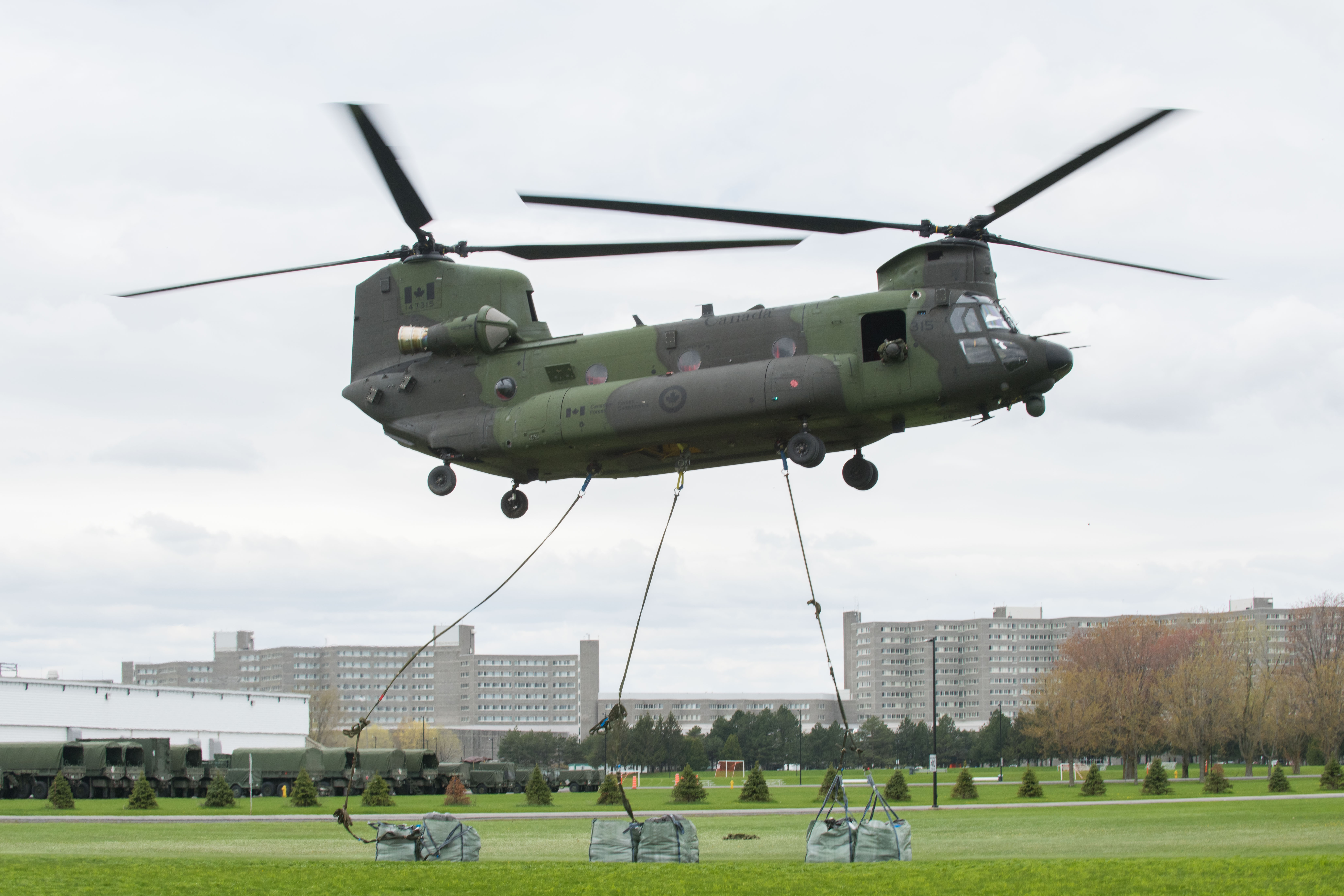 A CH-147 Chinook from 430 Tactical Helicopter Squadron prepares to distribute sandbags in flooded regions during Operation LENTUS on May 10, 2017. (Photo: Ordinary Seaman Anne-Marie Brisson, Imaging services St-Jean/Montreal)`