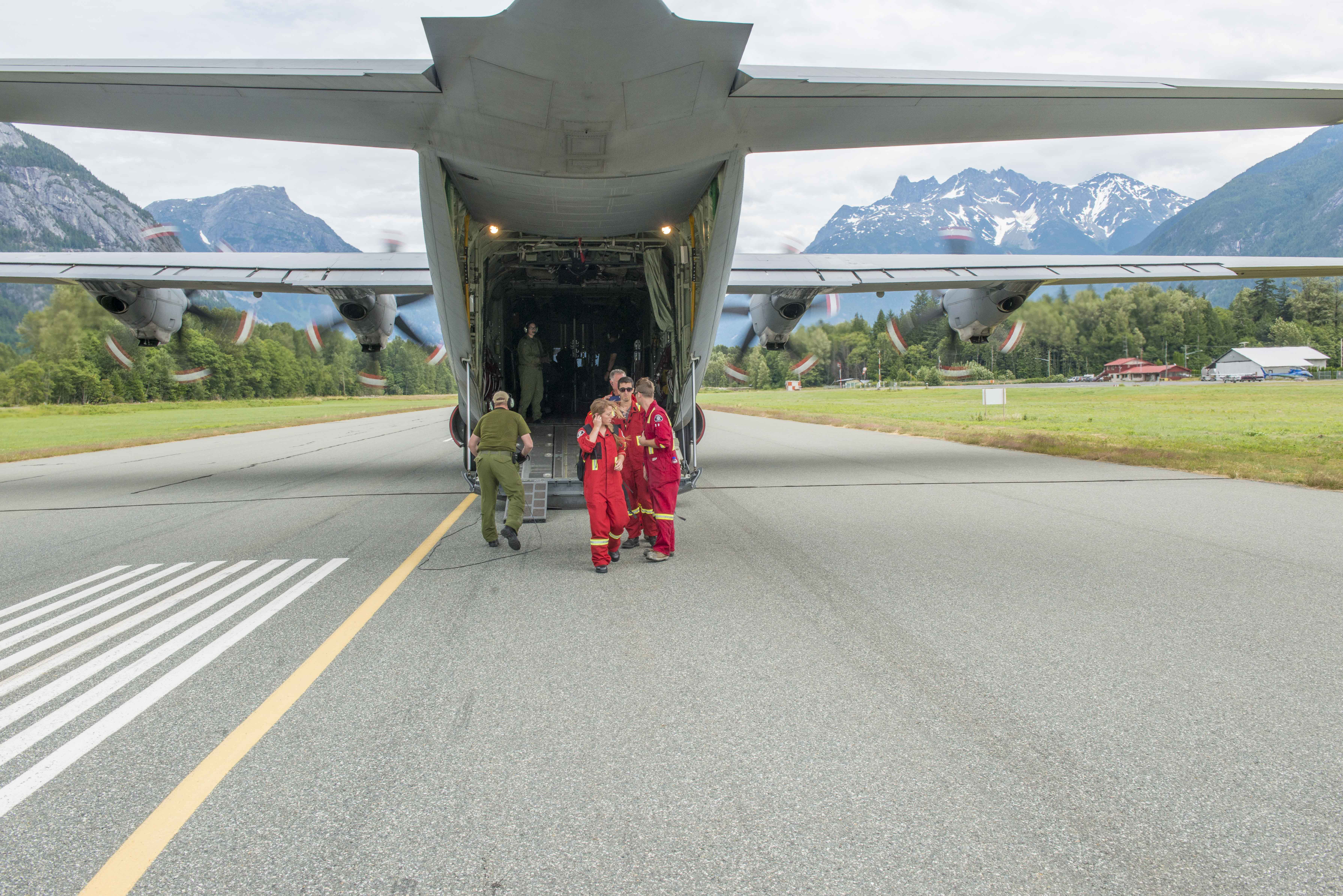 Bella Coola, British Columbia. July 11, 2017 – Comox Fire Fighters get off a Hercules in support of Operation LENTUS17-04. (Image: Cpl Nathan Spence, 19 Wing Imaging)