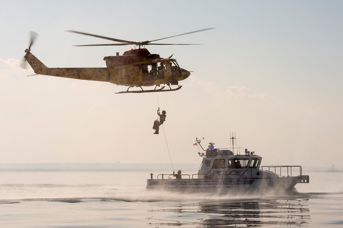 September 24, 2017. Search and Rescue technicians collaborate with local law enforcement as part of a training exercise during Search and Rescue Exercise 2017 (SAREX 2017) on September 24, 2017 in Hamilton, Ontario. Photo: Ordinary Seaman Paul Green, 8 Wing Imaging