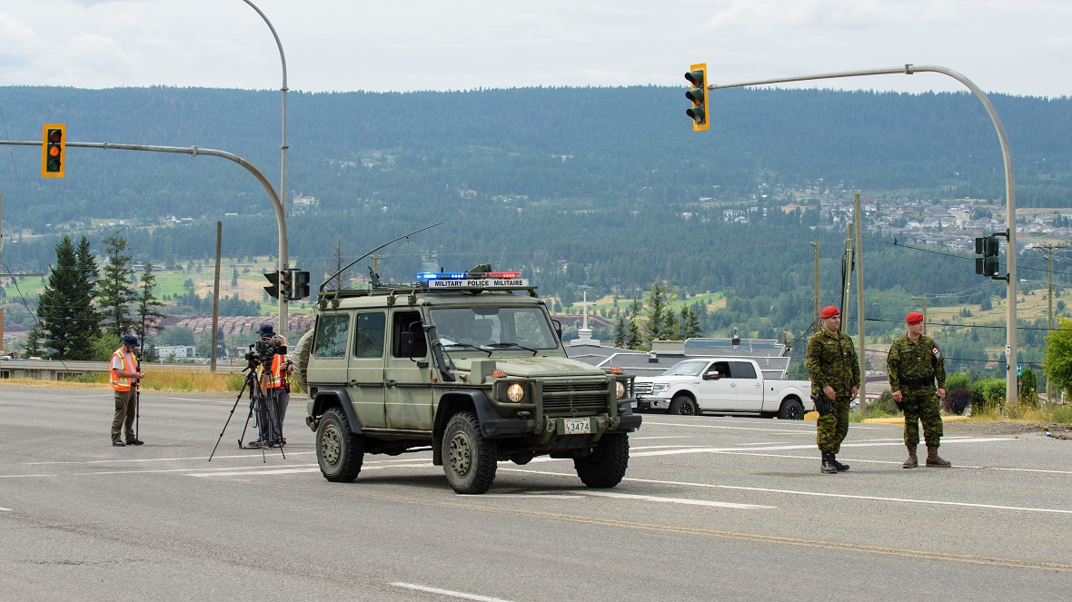 Military Police members of the Immediate Response Unit (IRU) Vanguard Company based in Edmonton, Alberta direct traffic as the Vanguard arrives in Williams Lake, British Columbia on July 20, 2017 as part of Operation LENTUS. Photo: Master Corporal Malcolm Byers, Wainwright Garrison Imaging