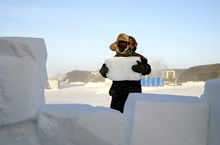 A deployed member of Task Force NUNALIVUT 2017 constructs a wind barrier using snow blocks during Operation NUNALIVUT in Hall Beach, Nunavut, March 9, 2017. (Photo: PO2 Belinda Groves Task Force Imagery Technician)