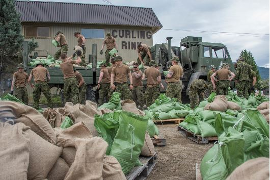 Grand Falls, British Columbia. May 19, 2018 – Canadian Armed Forces members from Canadian Forces Base Edmonton assist in dyke building and sand bagging during Operation LENTUS 18-03 in support of flood relief efforts. (Photo: MCpl Gerald Cormier, 3 Canadian Division Public Affairs.)