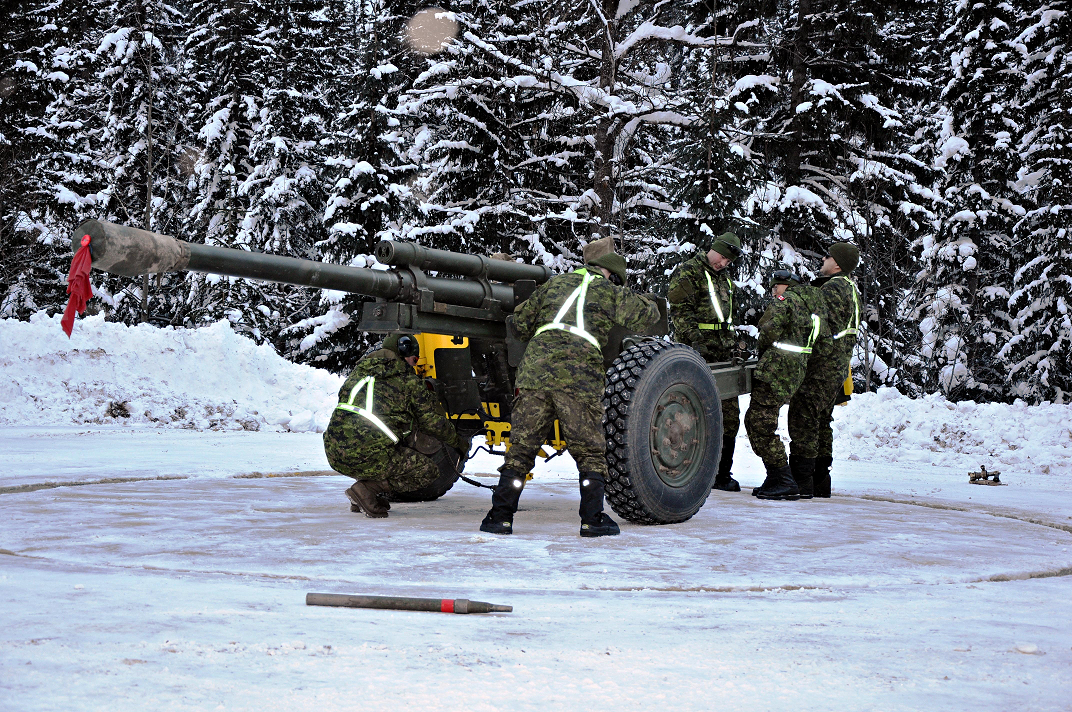 Artillery troops from 1st Regiment, Royal Canadian Horse Artillery, prepare a 105-mm C3 Howitzer for a shoot during Operation PALACI.