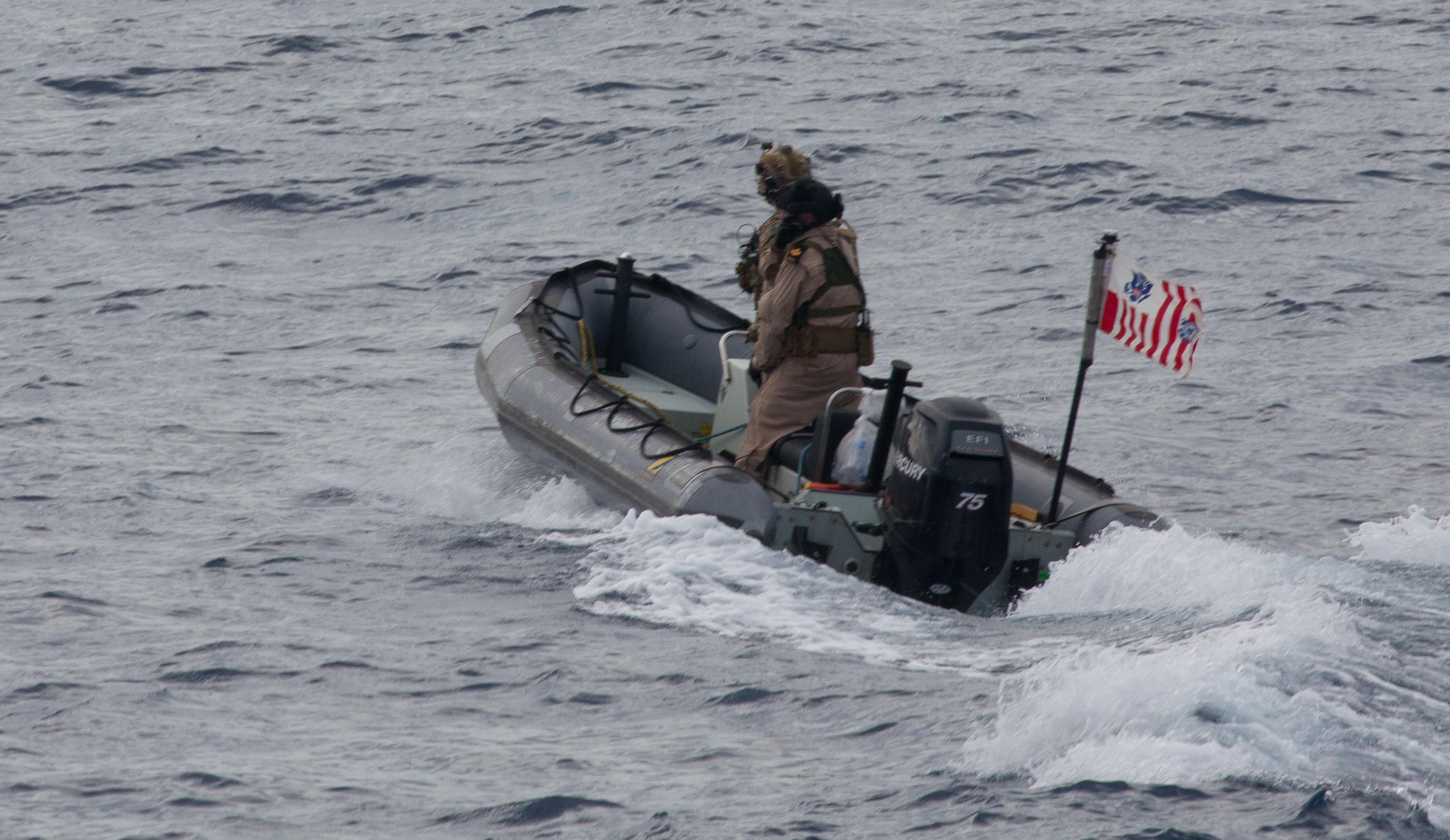 Members of the Royal Canadian Navy and the U.S. Coast Guard deploy a rigid-hulled inflatable boat from HMCS BRANDON upon sighting bales of illicit drugs in the Pacific Ocean during Operation CARIBBE on 5 November, 2016. Image By: Royal Canadian Navy Public Affairs